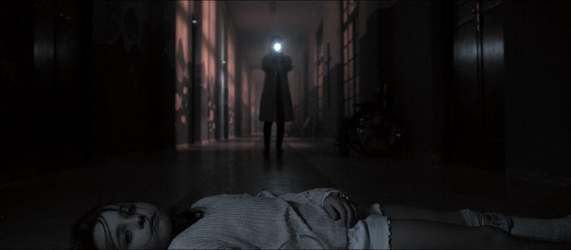 ▲值班女醫師在陰暗長廊,看見嘴角淌血的詭異女童。(圖/威視)