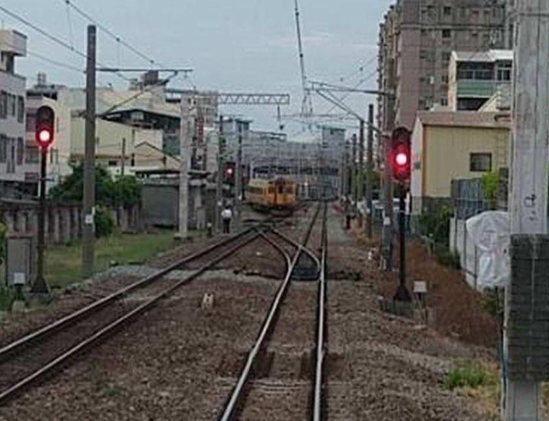台鐵自強號列車彰化出軌 2節車廂出軌、車上無旅客