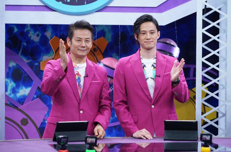 ▲徐乃麟(左)和兒子徐新洋一起主持。(圖/狼谷育樂台)