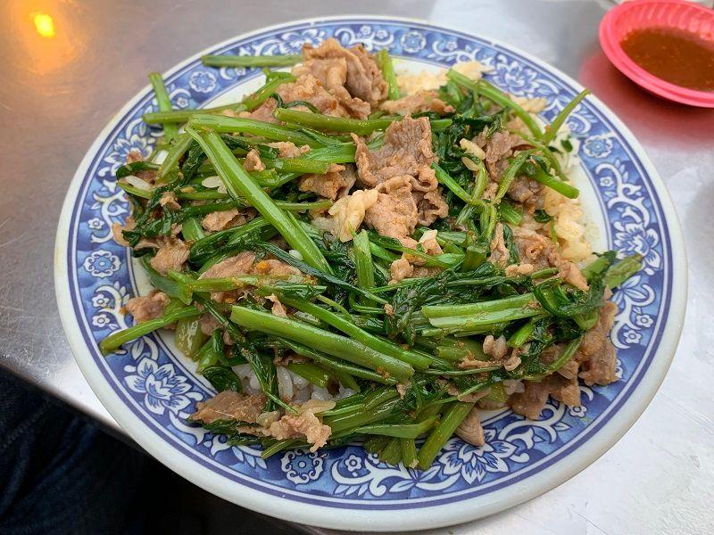▲沙茶羊肉飯也是一絕,羊肉搭配空心菜口感清脆,配上沙茶味恰到好處。(圖/記者康子仁攝)