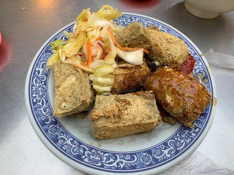 ▲許多饕客紛紛大推臭豆腐,不僅外皮酥脆,裡頭更有綿密的口感,讓人吃了還想再吃。(圖/記者康子仁攝)