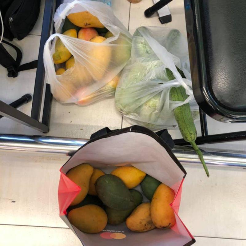 ▲目擊網友將爺爺剩餘的水果買下,讓爺爺可以早點回去休息。(圖/翻攝自爆怨公社臉書)