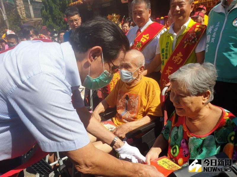 ▲前總統馬英九致贈白米及紅包給代表受贈的社福團體代表。(圖/金武鳳攝,2020.7.11)