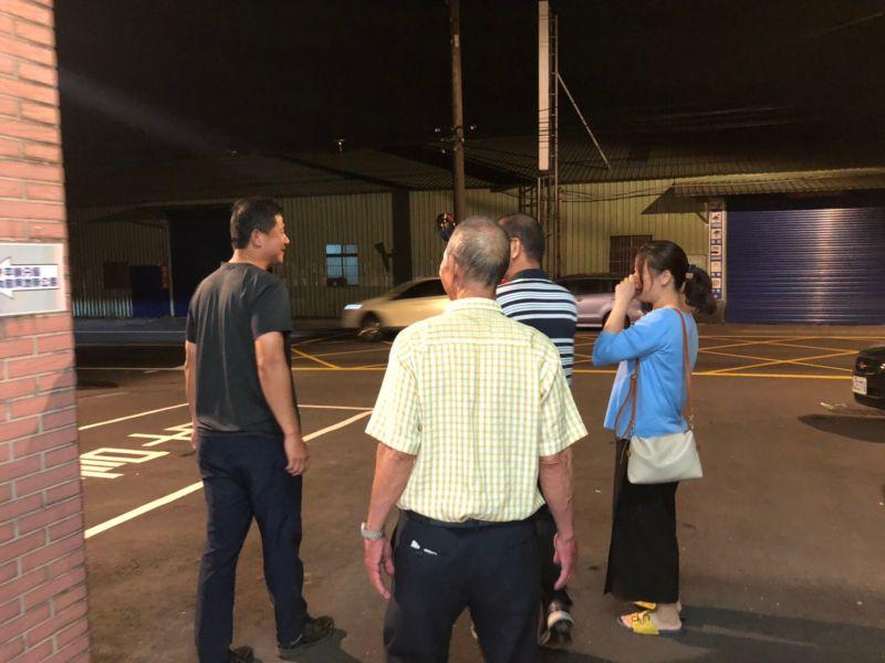 ▲老翁女兒也趕到平鎮來將老父接回,除了感謝警方幫助,更感謝媽祖一路保護父親。(圖/平鎮分局提供)