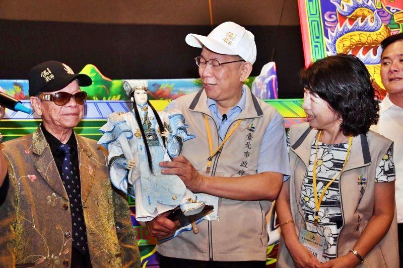 國寶級布袋戲大師黃俊雄 (左)、台北市長柯文哲 (中)、夫人陳佩琪 (右)。( 圖 / 台北市政府提供 )