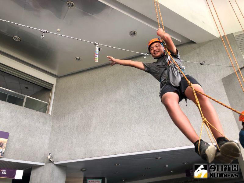 ▲阿穎進行室內攀樹體驗,順利拿取自己的畢業證書。(圖/記者陳雅芳攝,2020.07.11)