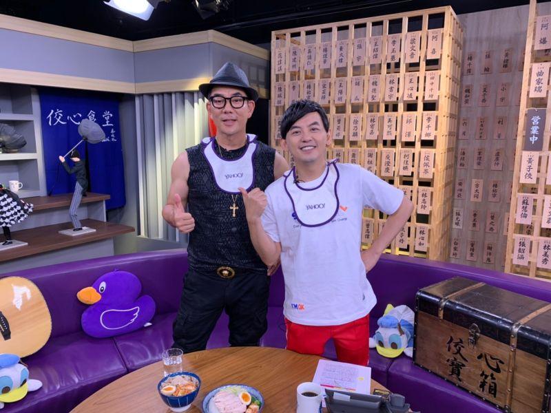 ▲任賢齊(左)和黃子佼開心暢聊。(圖/Yahoo