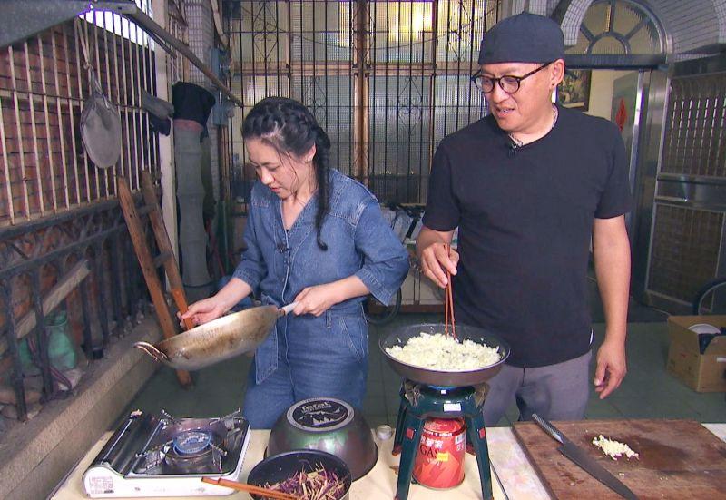 ▲詹姆士、傅昭蓉(左)在粉絲家煮菜。(圖/八大第1台)