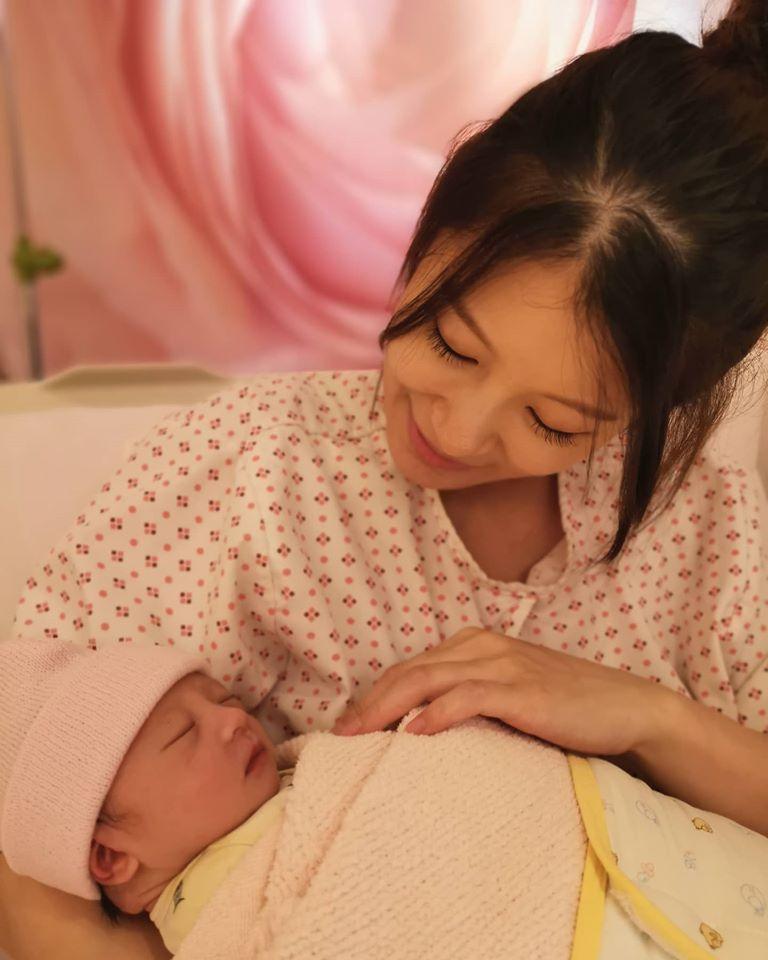 ▲趙孟姿順利產下女兒。(圖/許孟哲臉書)
