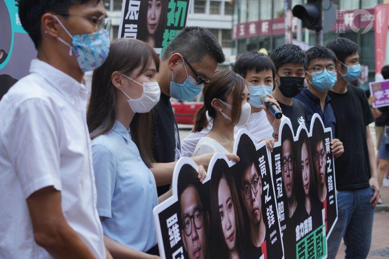 ▲黃之鋒等人在初選時站街。(圖/翻攝自《香港 01 》)