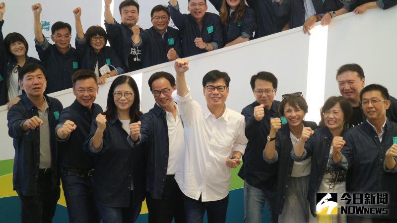 高雄民進黨籍立委、議員都穿上印有邁字的單寧風襯衫,做起超人姿勢展現青春活力。(圖/記者鄭婷襄攝,2020.07.12)