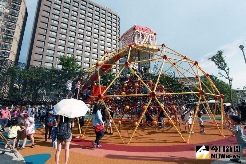 鄭文燦參訪共融式兒童遊樂場 問題沒答好遭開紅單