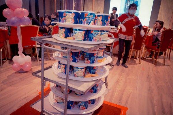 ▲不少網友也分享自己遇過婚宴的甜點是「家庭號冰淇淋桶」。(圖/翻攝爆怨公社)