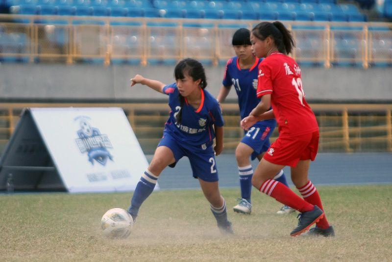 ▲南投水里彭稚涵(左)不畏對手高大體型。(圖/迷你足球協會提供)