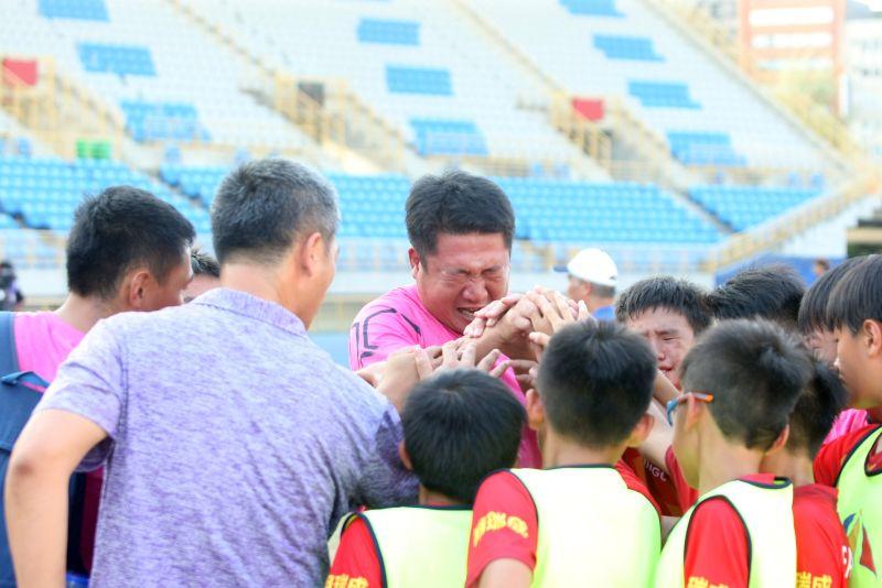 ▲台中清水國小奪冠後總教練唐駿榮激動落淚。(圖/迷你足球協會提供)
