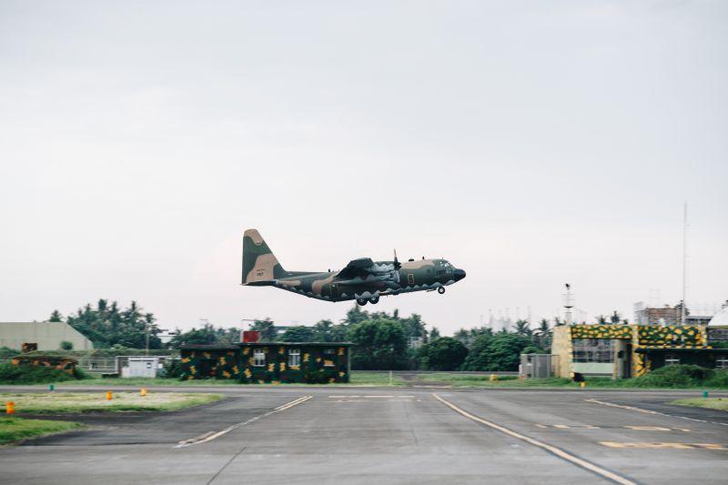 ▲漢光36號演習首日,屏東基地C-130運輸機起飛轉場。(圖/軍聞社提供)