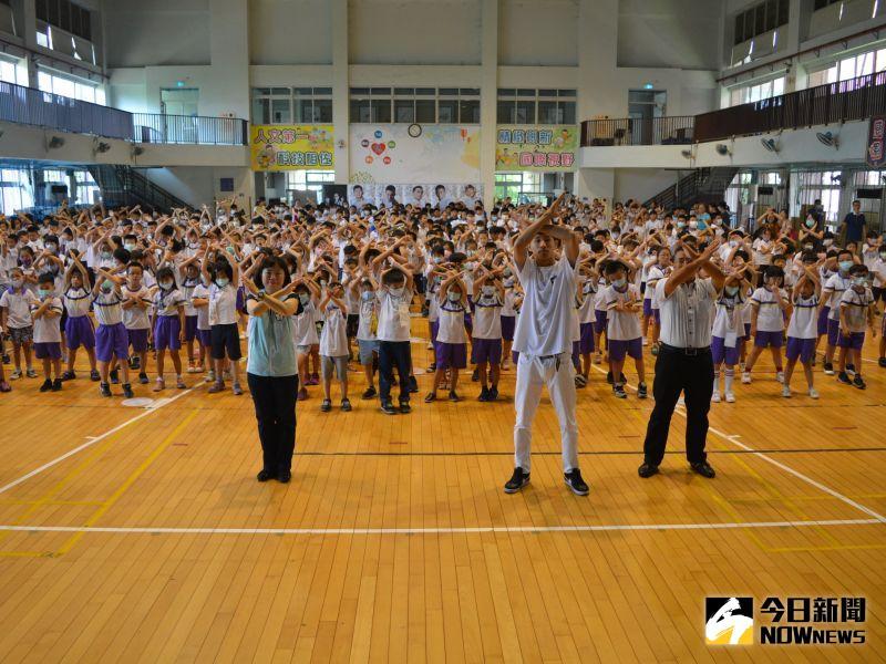 ▲築夢者舞團帶領學校師生一同舞動拒菸街舞。(圖/記者郭政隆攝影2020.7.13)