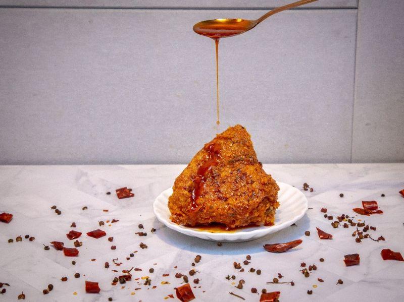 ▲近來各大美食版討論度相當高的「椒香麻辣脆雞」。(圖/NOWnews攝
