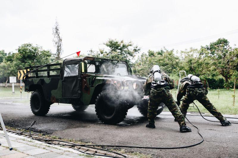 漢光36號演習首日,化學兵執行除污作業。(