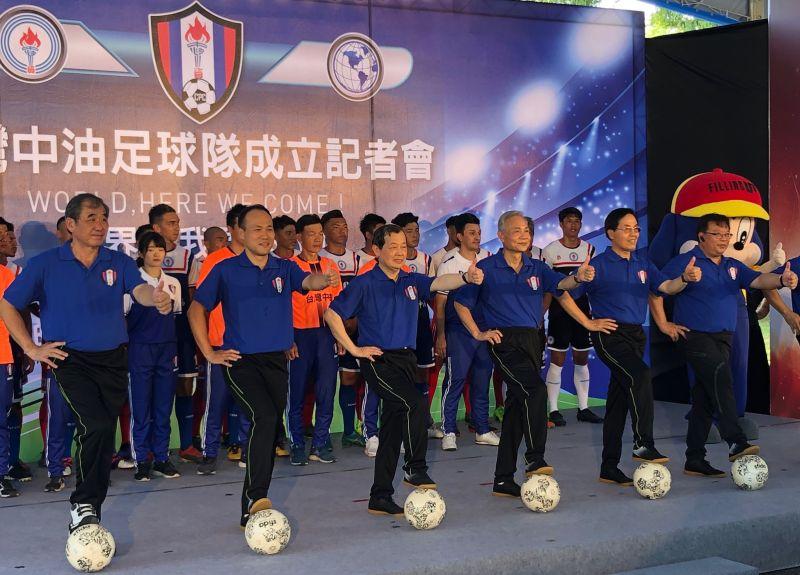 ▲台灣中油公司董事長歐嘉瑞(前排左3)和與會體育界人士有信心帶領足球好手踢向全世界。(圖/記者黃守作攝,2020.07.13)