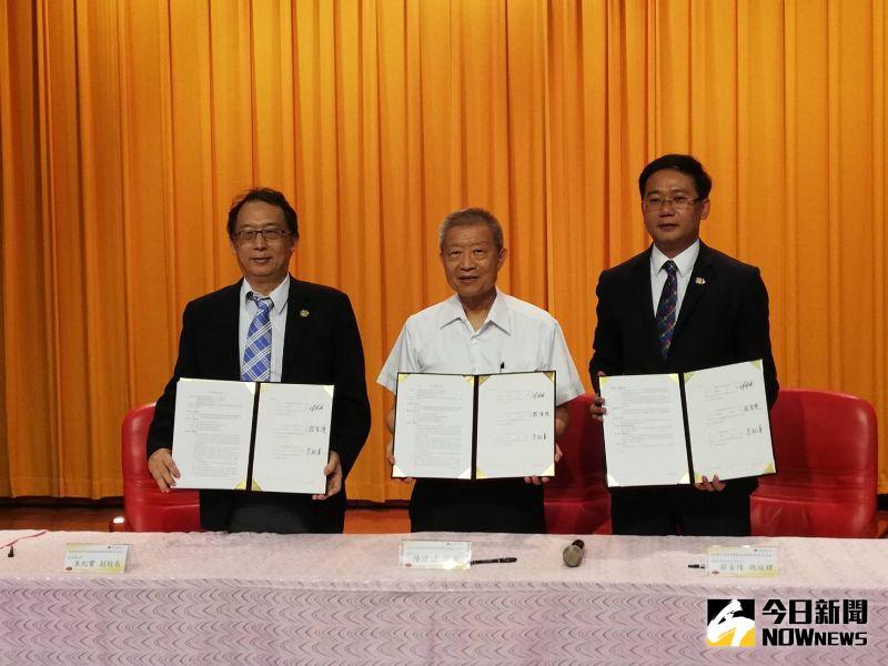 ▲嘉大副校長朱紀實(左)、農科院院長陳建斌