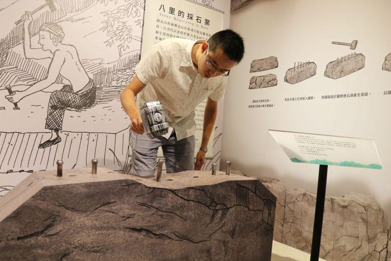▲動手體驗曾經興盛一時的觀音山打石產業(圖/新北市十三行博物館提供)