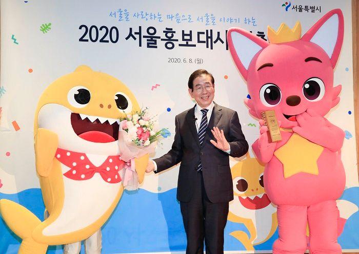 ▲朴元淳出席市府活動。旁邊是在韓國很紅的幼叫節目「鯊魚家族」。(圖/翻攝自
