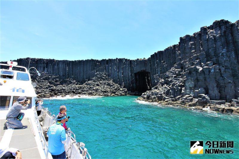 ▲「東吉福氣號」客輪可承載147人,船長在行經知名的西吉藍洞、鐵鉆嶼等景點時,會自動巡航讓旅客順道觀賞拍照,是一個兼具交通與遊樂的超級遊艇。(圖/記者張塵攝,2020.07.13)