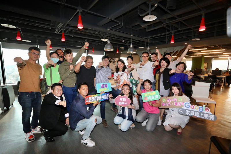 陳其邁今(13)日下午與高雄數十間小型新創公司座談,交流創業經驗。(圖/陳其邁競選辦公室提供)