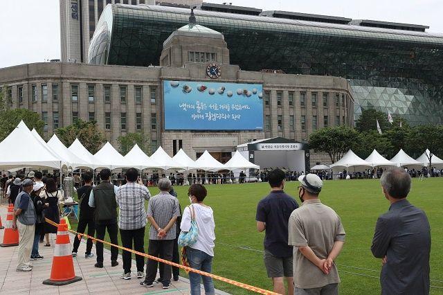 ▲市民前往首爾市政府架設的焚香所弔唁。(圖/翻攝自《韓國經濟》)