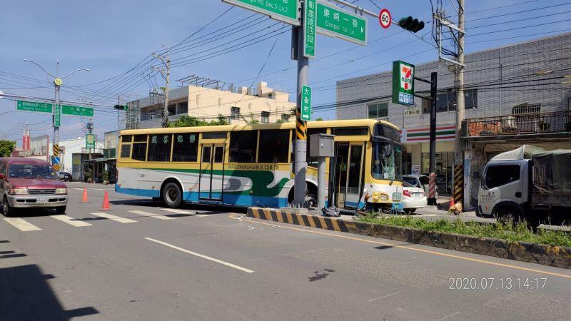 ▲公車閃避不及,撞上女騎士後,還衝到對向車道並撞到中央分隔島。(圖/彰化踢爆網提供,2020.07.13)