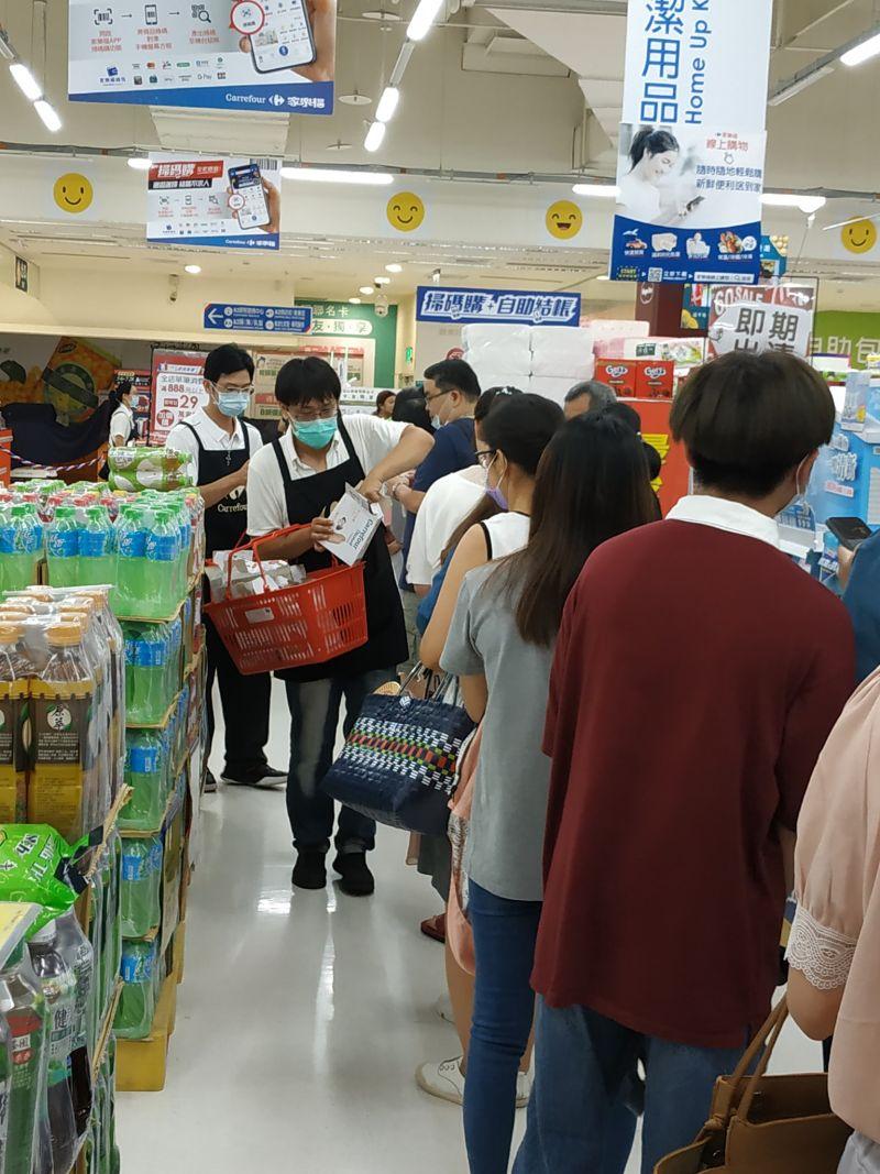▲店員發放冰棒給排口罩的民眾食用。(圖/翻攝口罩現貨資訊區)