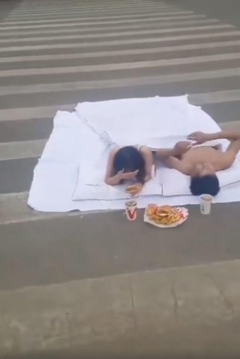 ▲山東菏澤市鄆城縣一對新人在馬路上拍婚紗,照片曝光後引發眾怒。(圖/翻攝自微博)