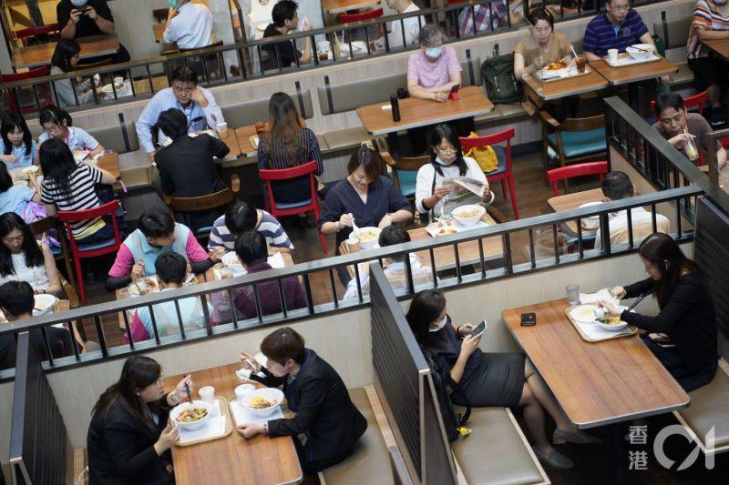 ▲香港實施限聚令前餐廳內的人流(圖/翻攝自香港01)