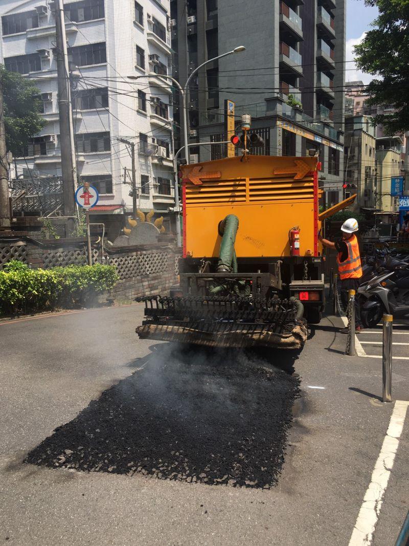 土城區公所引進熱再生修補車 讓修復道路快速平整