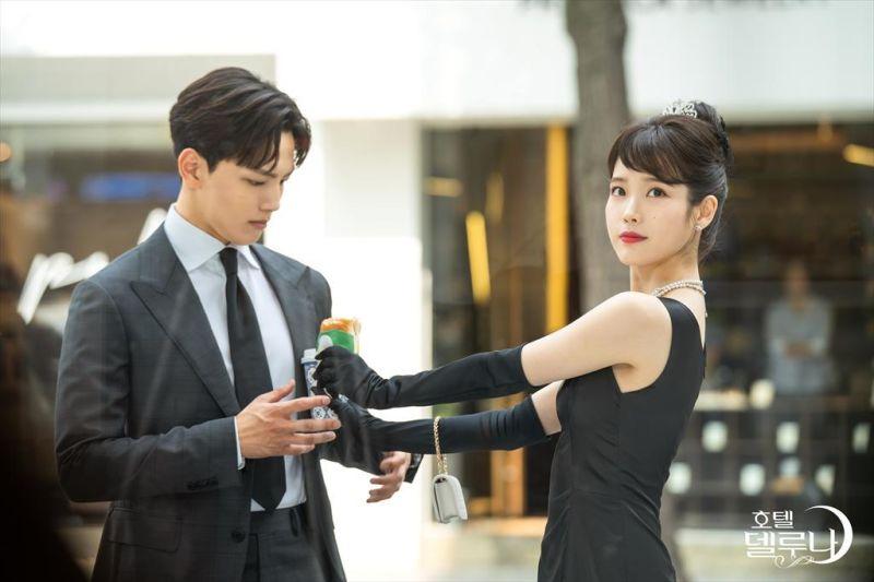 ▲呂珍九(左)跟IU合拍《德魯納酒店》成為好朋友。(圖/tvN官網)
