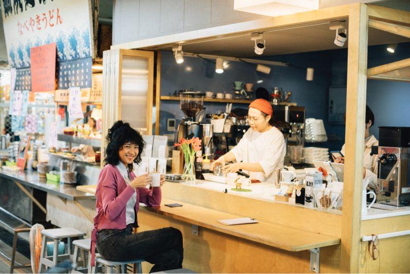 ▲兩人從夜市逛到音樂酒吧,也從仁愛市場漫步到時髦咖啡店。(圖/基隆市政府提供)