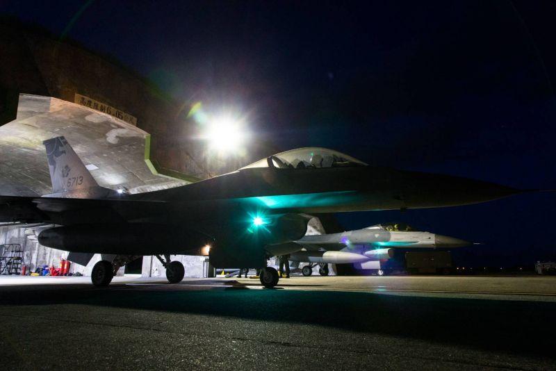 F-16V鐵鷹星夜升空 守護家園領空