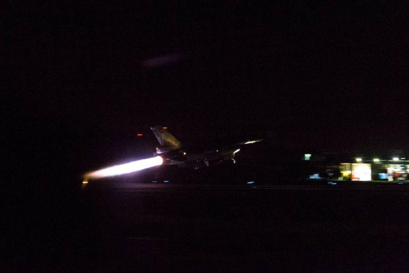 ▲空軍第四聯隊F-16戰鬥機升空,實施夜間防空攔截作戰。(圖/軍聞社提供)