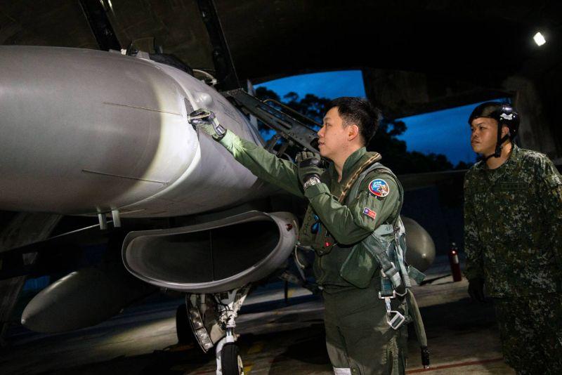 ▲空軍第四戰聯隊飛行員執行起飛前檢查。(圖/軍聞社提供)