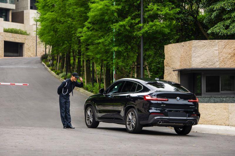 ▲經過華城路上多座崗哨與入社區再需經過3道保全人員管制,層層把關,提供頂級的防護。(圖/公關照片)