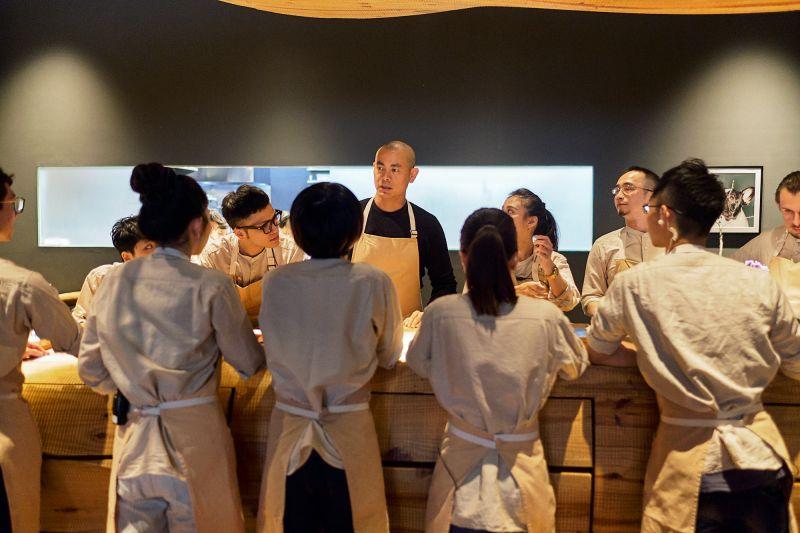 ▲江振誠(中)返回台灣,期望將所知所學傳承給下一代料理人。(圖/牽猴子)