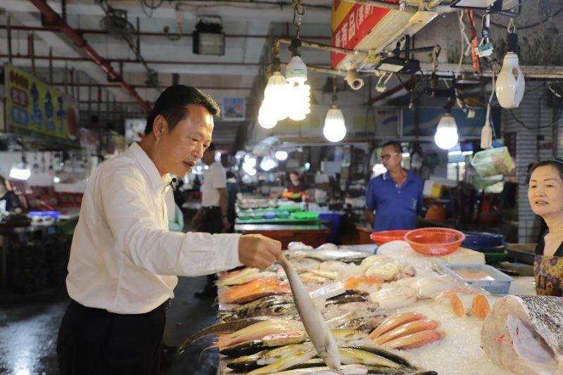▲翁章梁縣長用振興消費券,先到布袋魚市場買新鮮的海產。(圖/嘉義縣政府提供)
