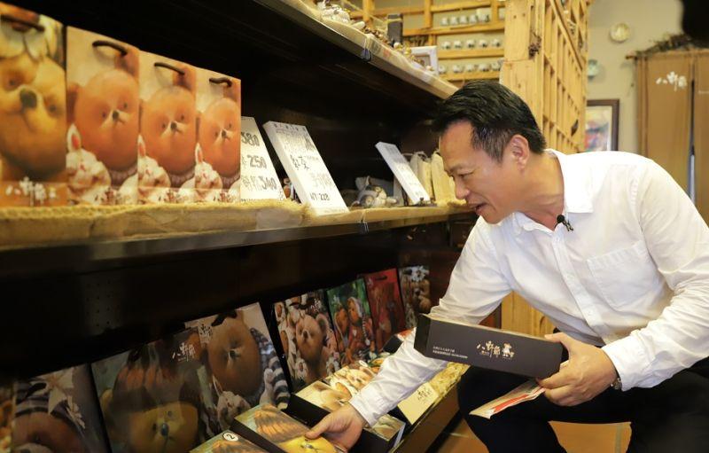 ▲翁章梁縣長以振興消費券,到八野爺商店買好吃的土鳯梨酥送丈母娘。(圖/嘉義縣政府提供)