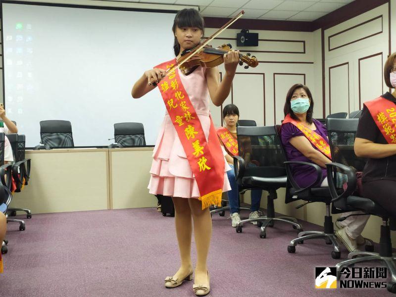 ▲來自鹿港鎮的自強兒童陳美欣,不但琴藝了得,更是抬拳高手。(圖/記者葉靜美攝,2020.07.15)