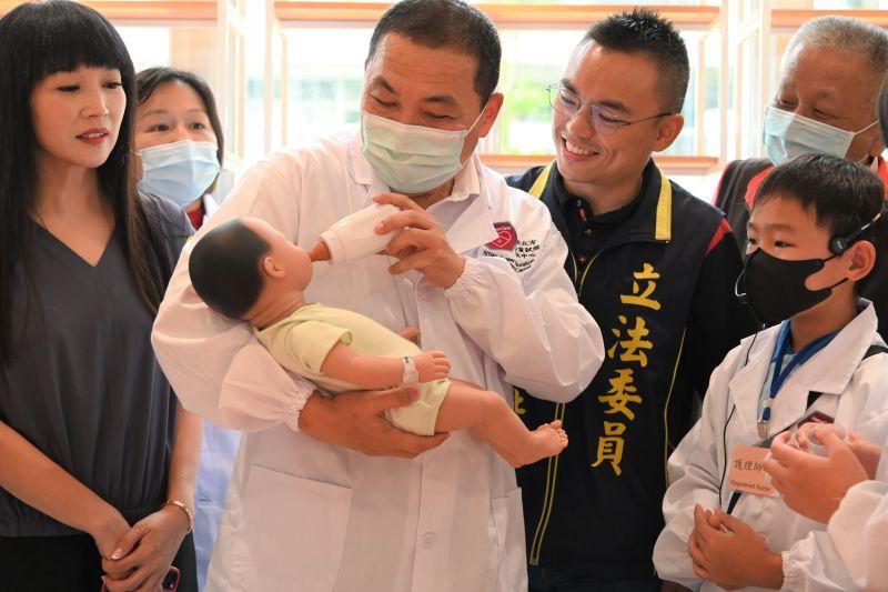 新北「醫護職業試探中心」成立 侯友宜操作仿真電子嬰兒