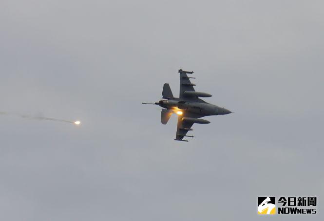 ▲漢光36號演習聯合反登陸作戰,F-16V戰機攻擊之後發射熱焰彈迅速脫離。(圖/記者呂炯昌攝.2020.07.16)