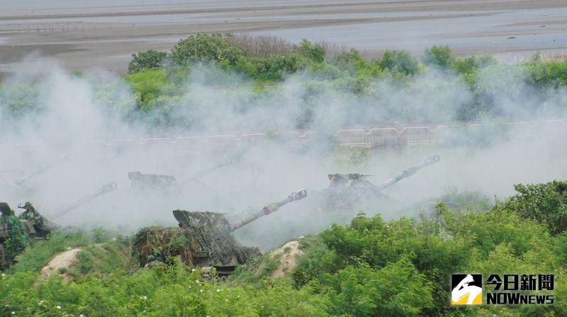 ▲漢光36號演習聯合反登陸作戰,M109A2自走砲車連番開火攻擊登陸部隊。(圖/記者呂炯昌攝.2020.07.16)