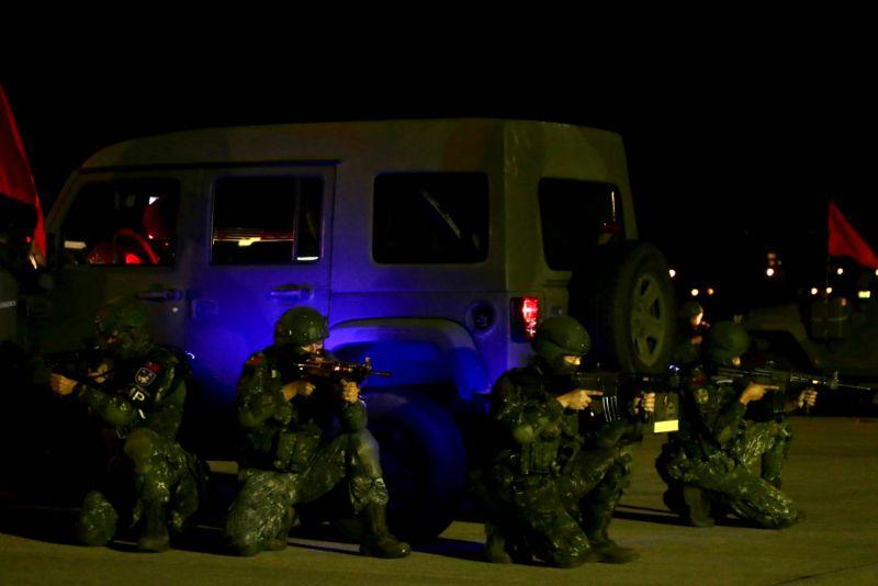 ▲憲兵参與松山機場反空機降作戰演練,對敵發動突襲。(圖/軍聞社提供)