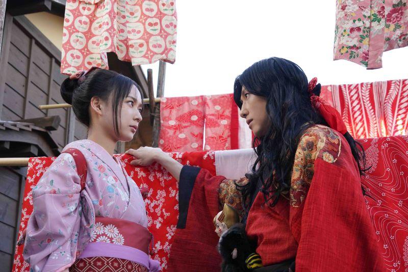 ▲鈴木絢音(左)片中穿和服跟木屐,拍跑戲累翻天。(圖/天馬行空)